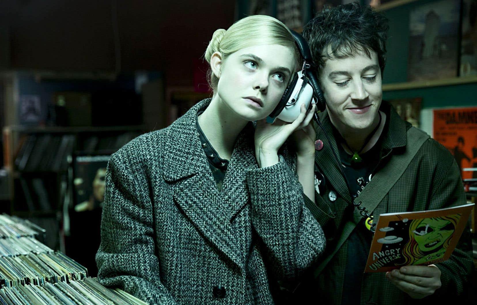 Alex Sharp, acteur issu du théâtre, est très crédible dans le rôle d'Enn. C'est toutefois Elle Fanning, en Zan, qui emporte l'adhésion.