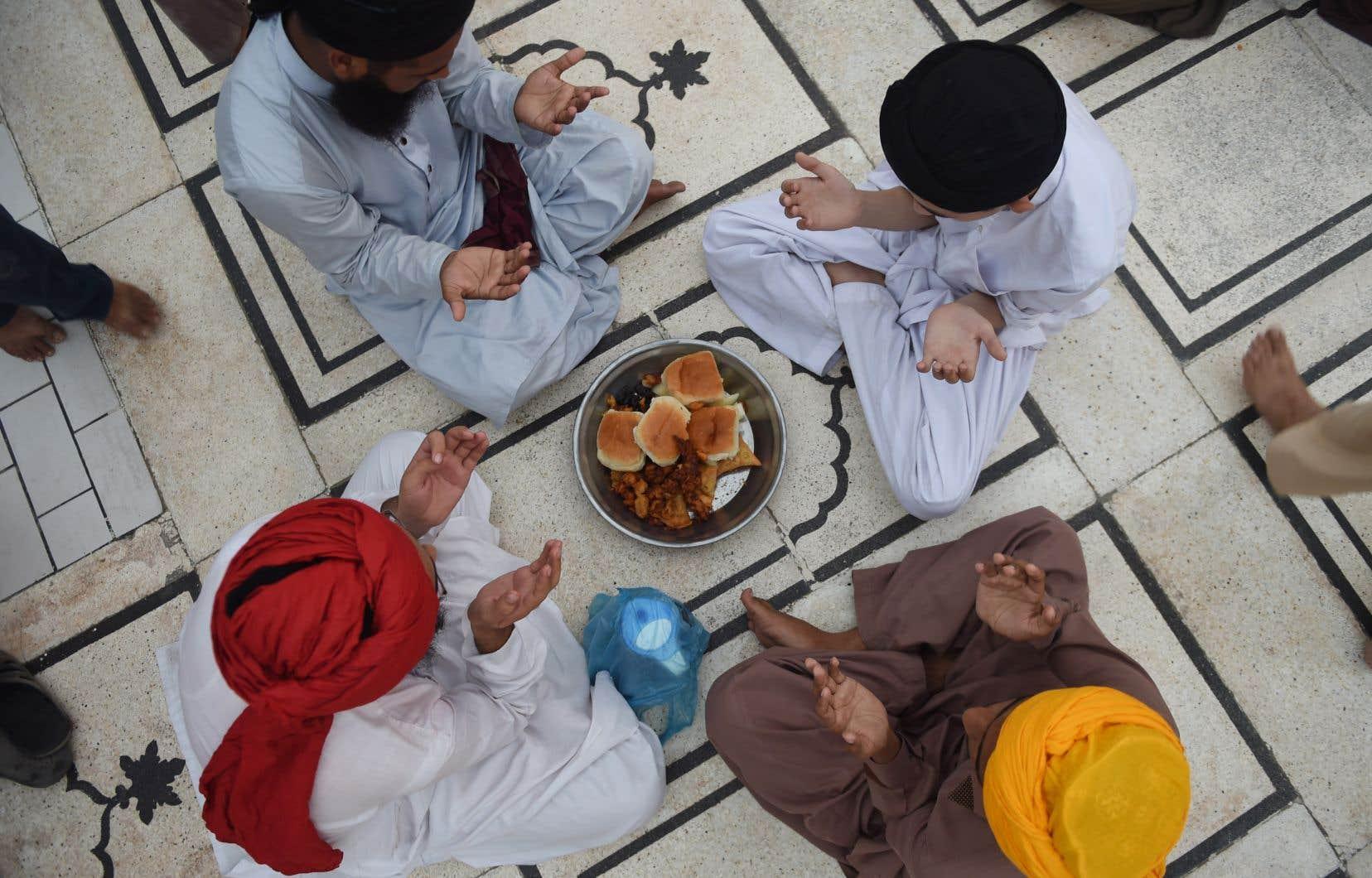 Après les prières de fin de journée, famille et amis participent à un grand banquet appelé l'«iftar».