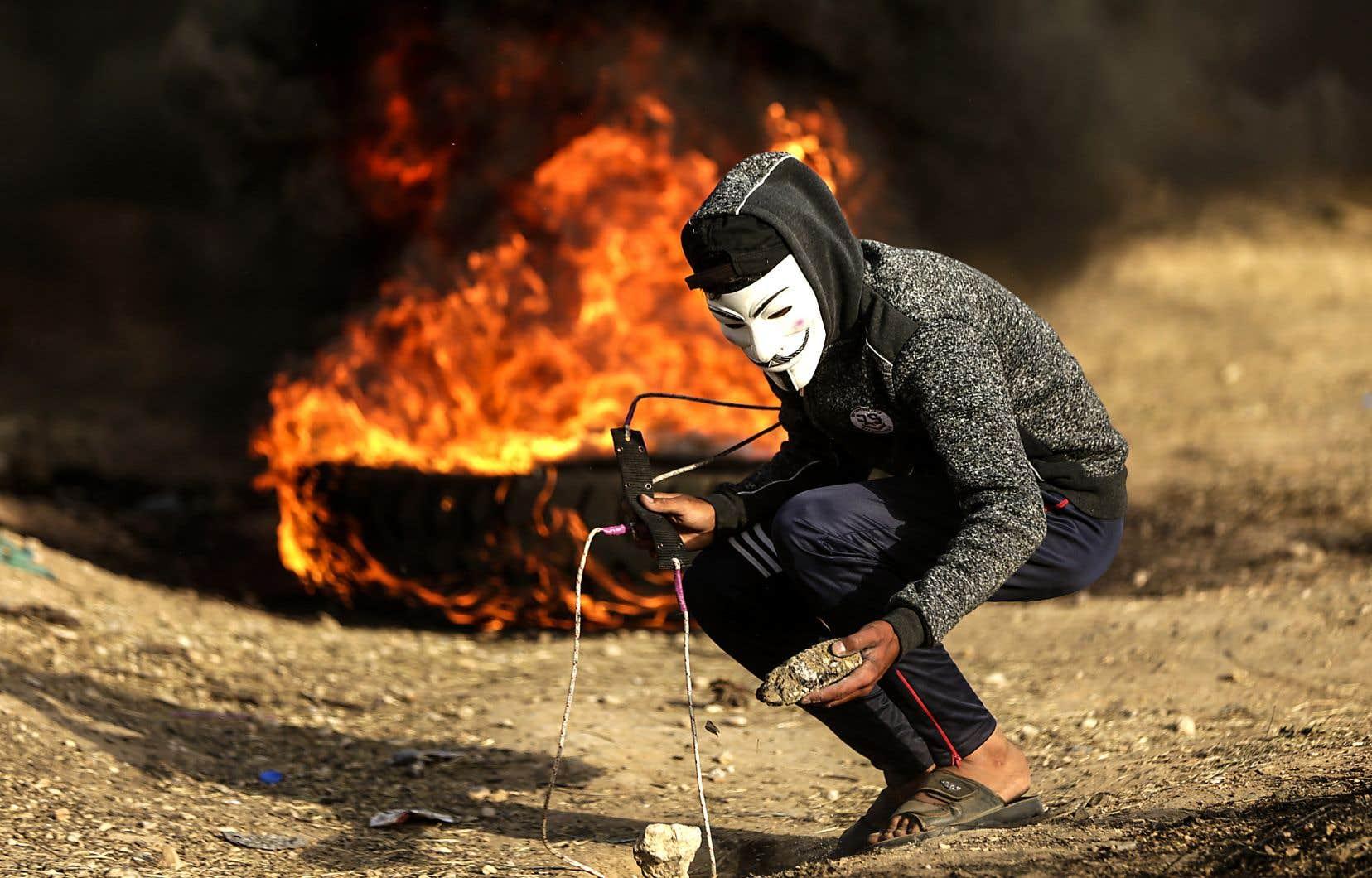 Selon l'armée israélienne, «environ 1000 émeutiers» se sont rassemblés le long de la frontière en lançant des pierres et des pneus enflammés.