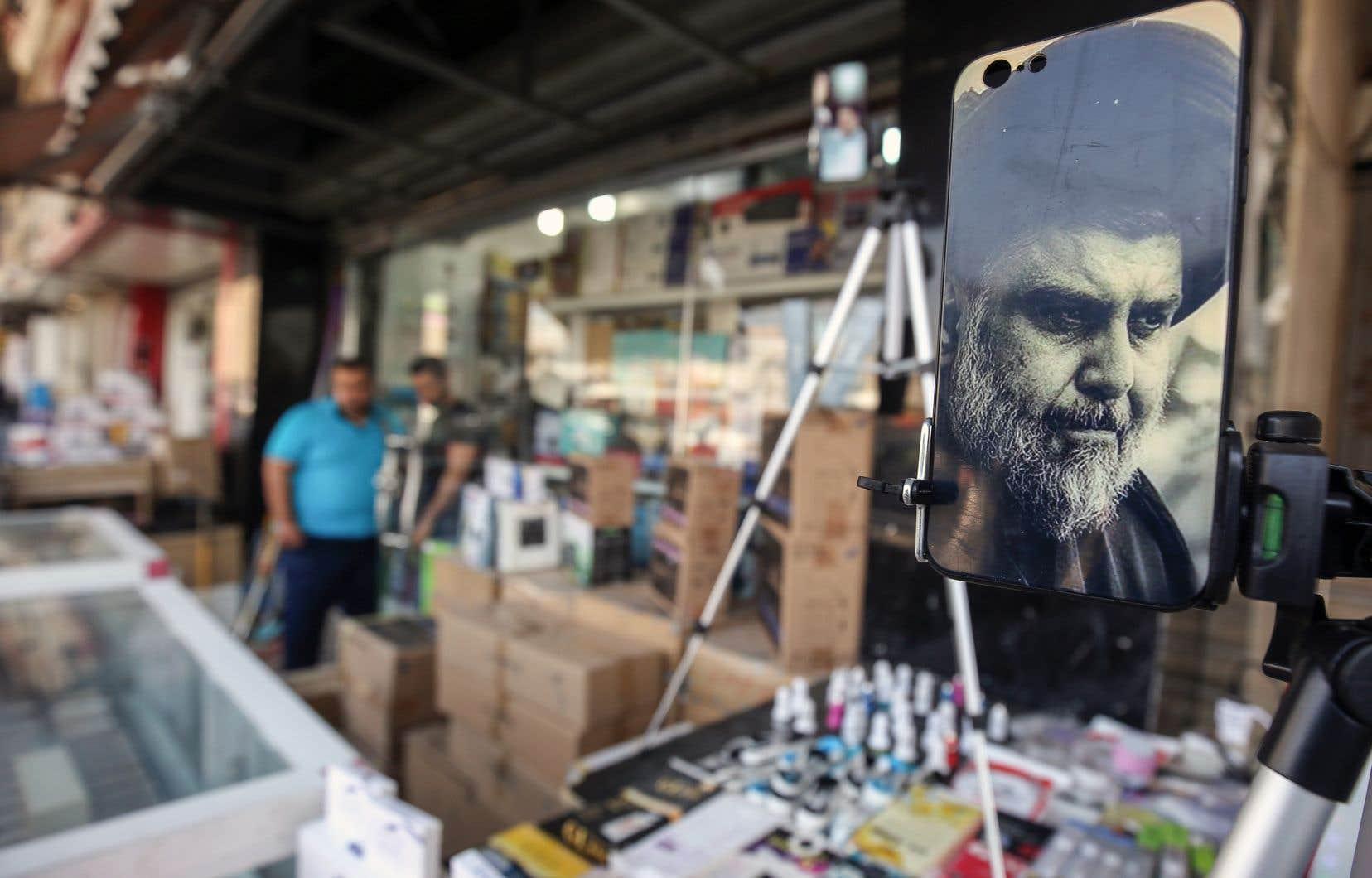 Un étui de téléphone à l'effigie de Moqtada al-Sadr dans un marché, à Bagdad