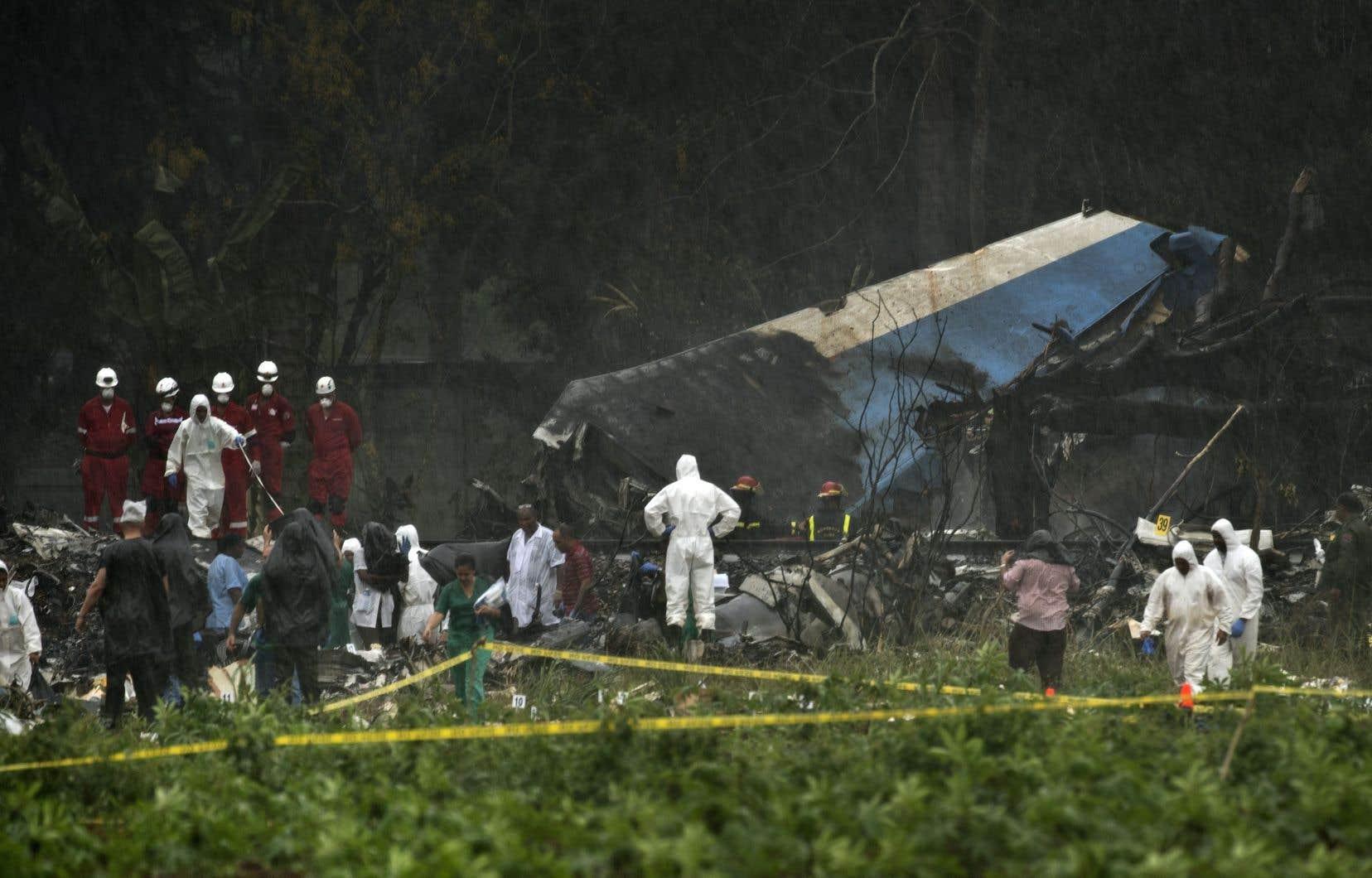 Une équipe de secours s'active sur le site de l'écrasement du Boeing 737 à Cuba.