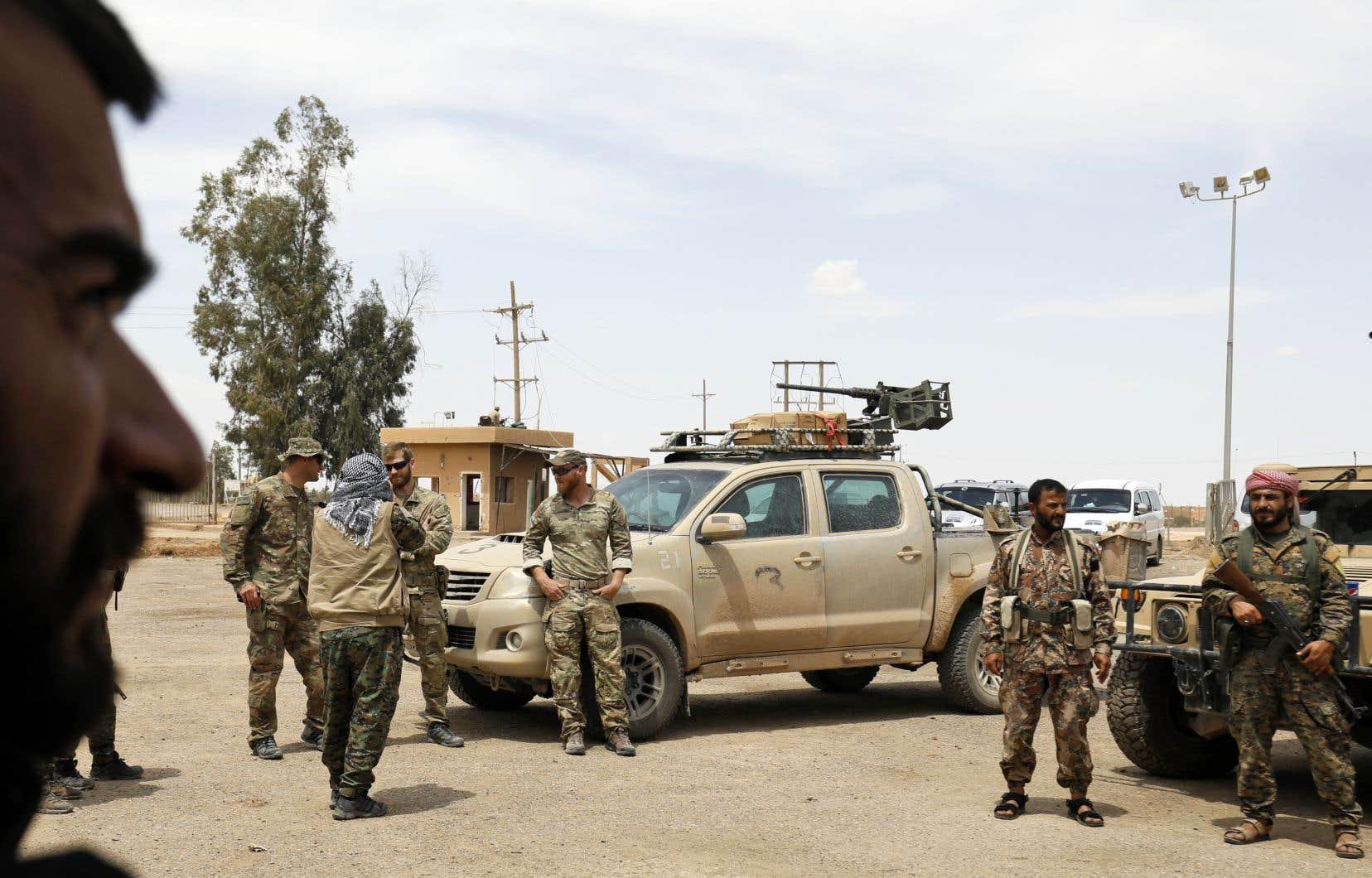 Des membres des Forces démocratiques syriennes et des soldats américains se rassemblent sur le champ pétrolifère d'al-Tanak, dans la province de Deir Ezzor, le 1er mai dernier.