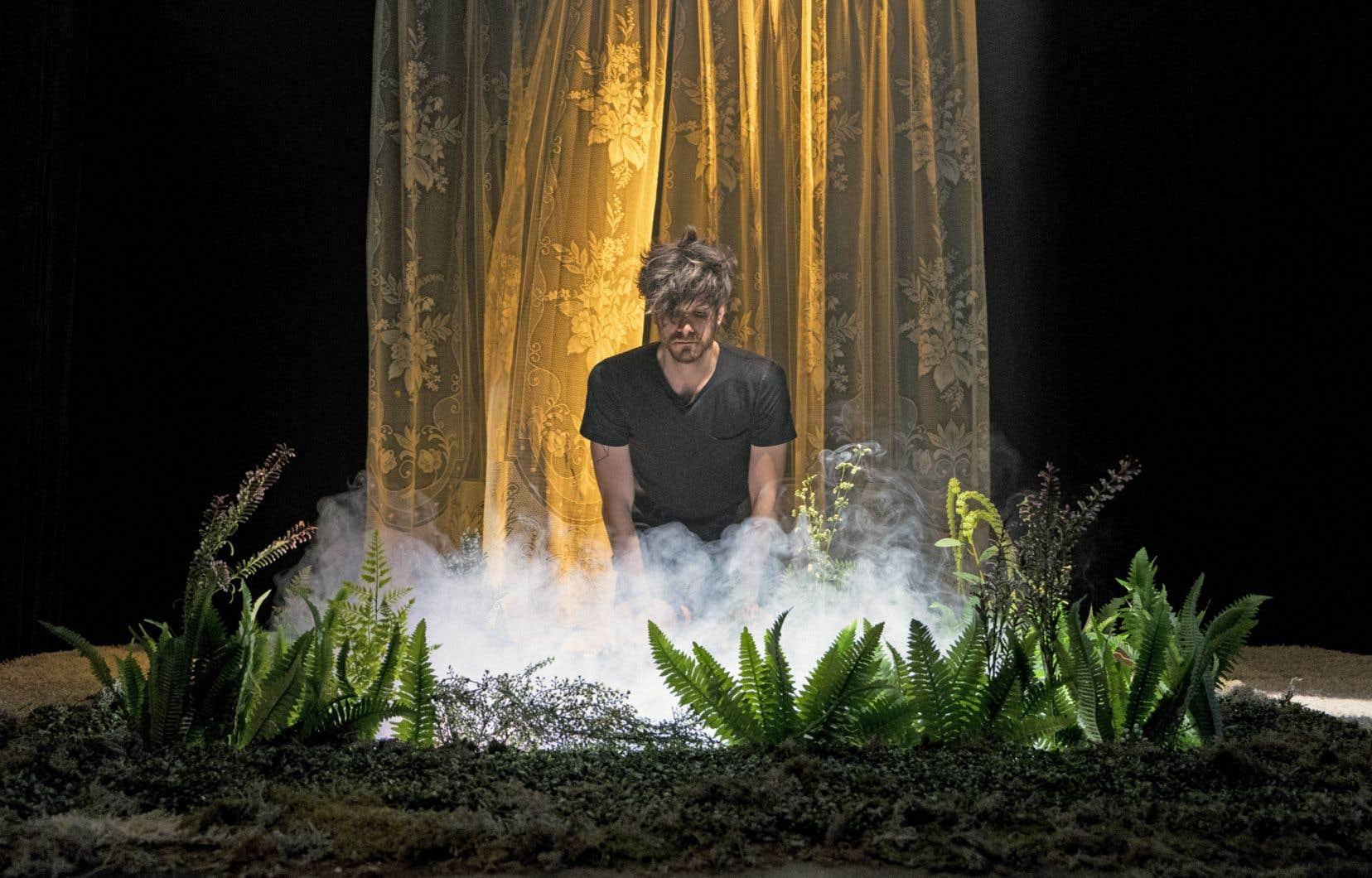 L'interprète d'un soir évolue seul dans la salle adjacente à celle des spectateurs,au gré des consignes données par les metteurs en scène dans des oreillettes.