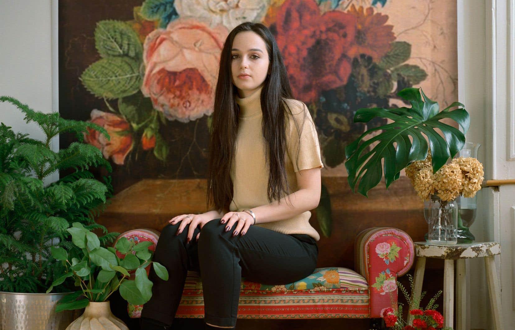 Le décor à l'arrière-plan de ce portrait (en détail) d'Hanna Bozovic croqué par la photographe Marisa Portolese est inspiré du travail de Johannes Cornelius de Bruyn.