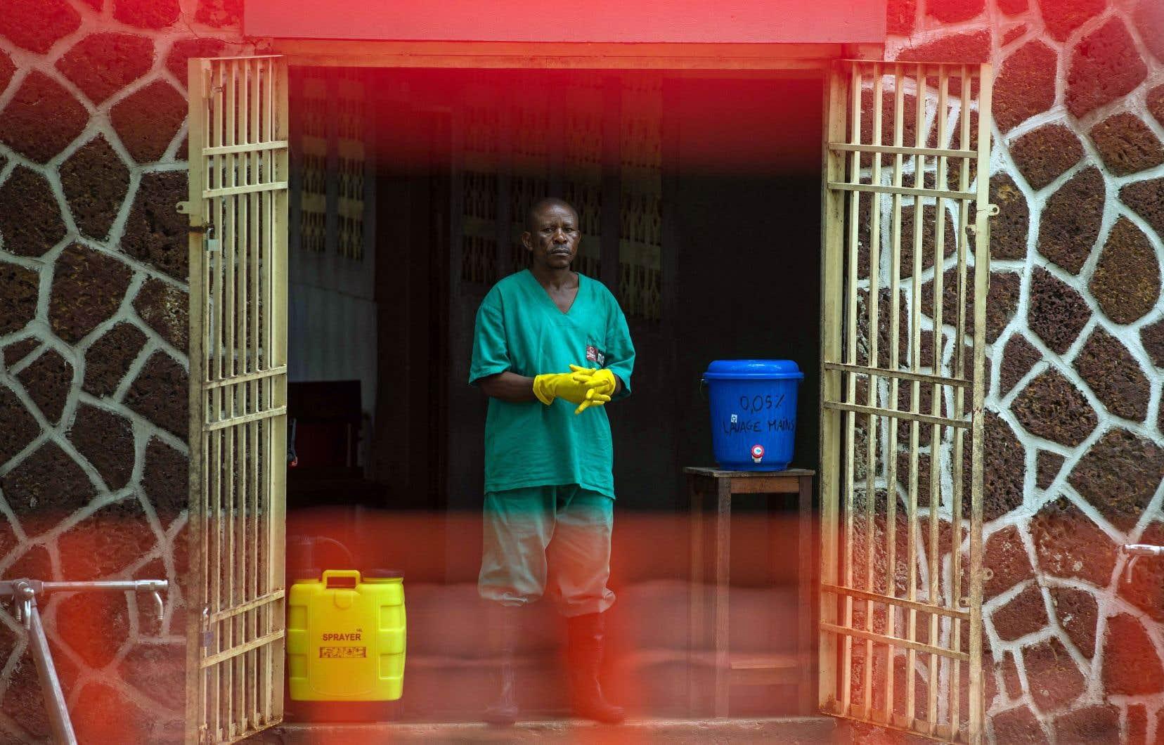 Un préposé chargé de gérer l'accès à la zone de sécurité, à l'entrée de l'hôpital de référence Wangata à Mbandaka