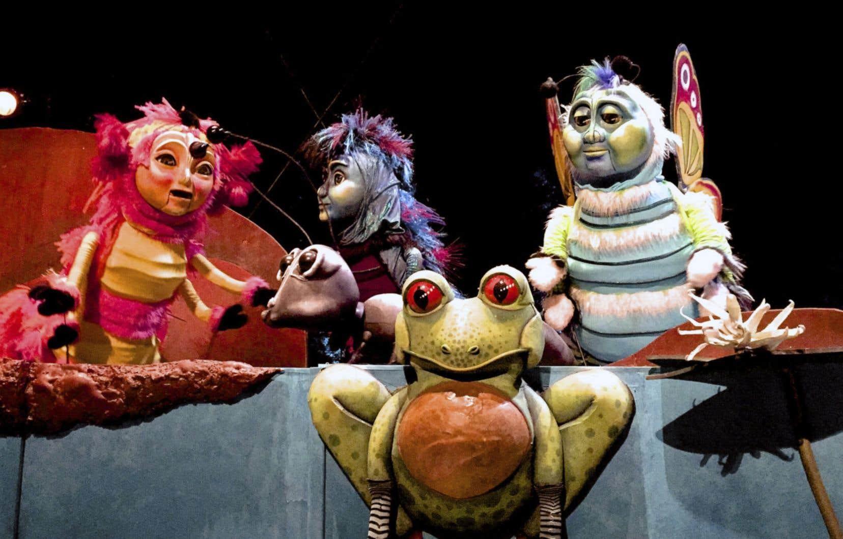 Dans le spectacle <em>Les géants de l'étang</em>, des personnages issus d'un étang prennent vie.