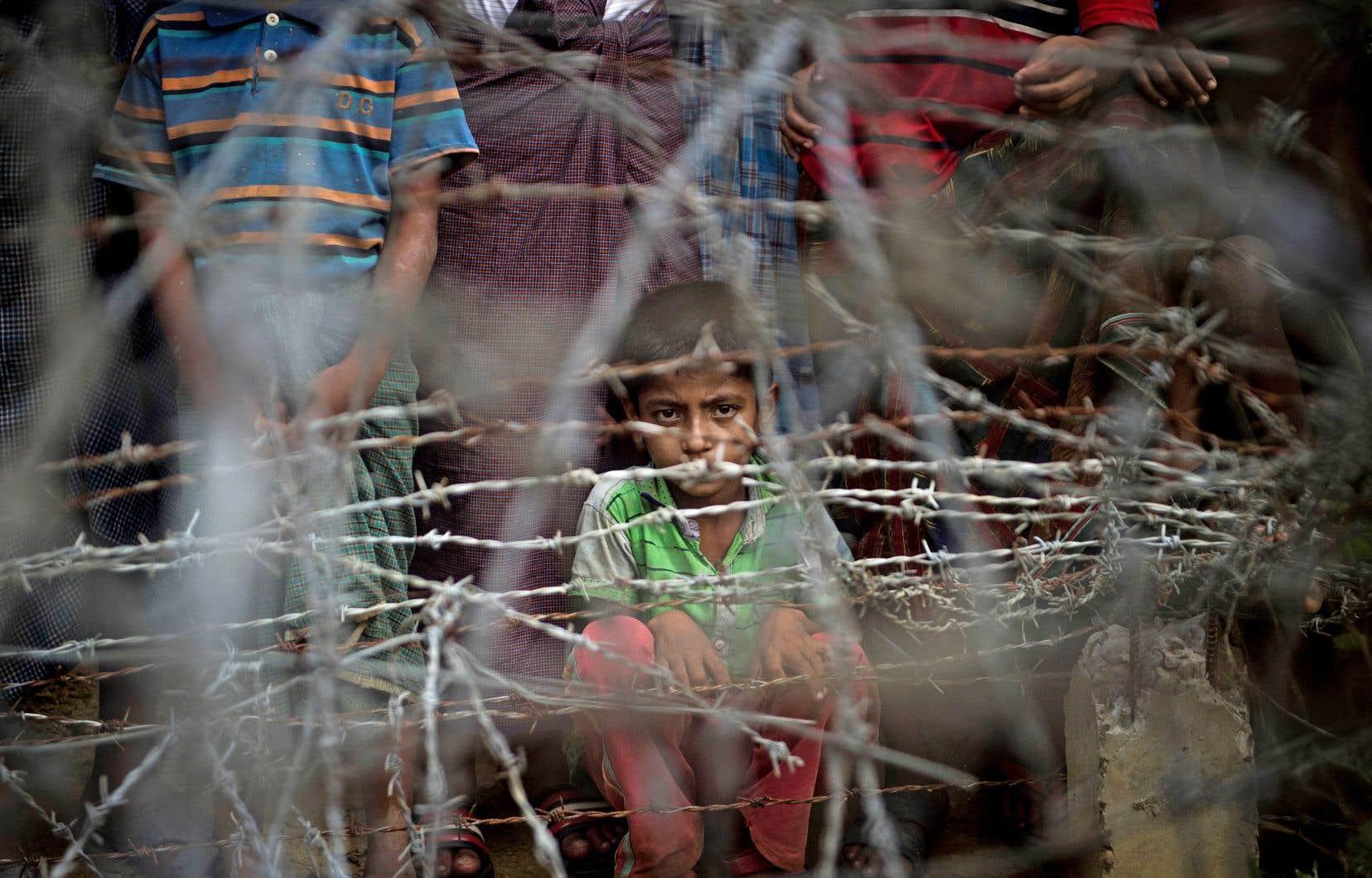 Des réfugiés rohingyas entassés dans le «no man's land» derrière la frontière du Myanmar bordée de barbelés, le 25 avril dernier.