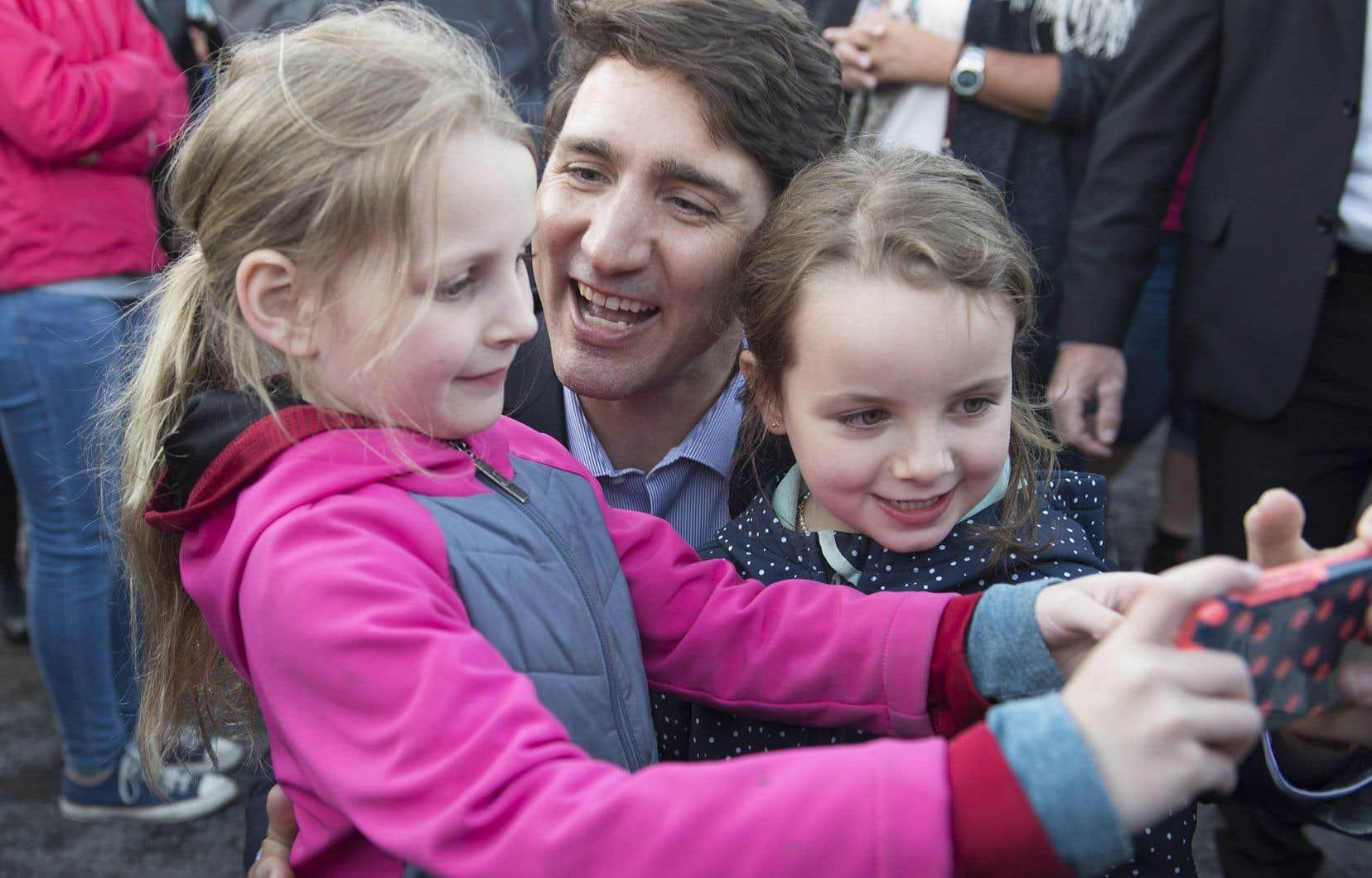 Justin Trudeau était à La Malbaie, mercredi, où il a participé à un barbecue avec les citoyens et... à une séance d'égoportraits.