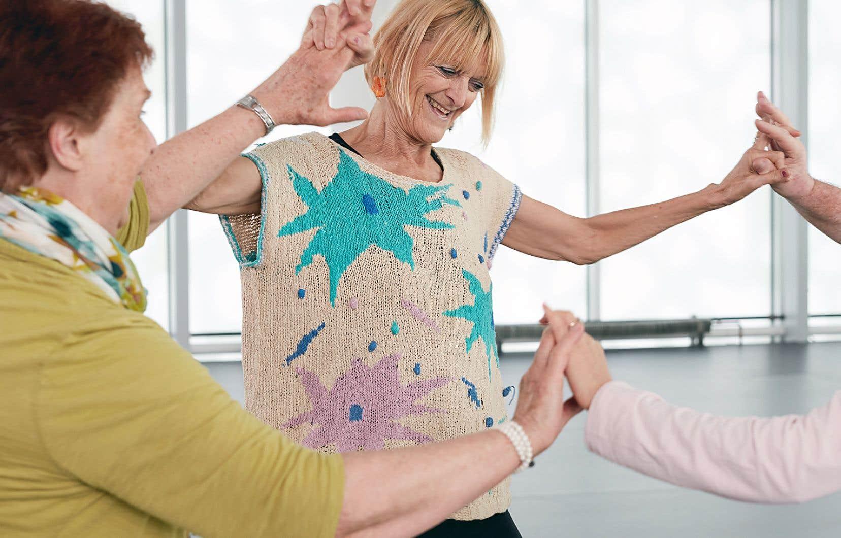 Les cours de danse-thérapie sont adaptés à différentes conditions, notamment la maladie de Parkinson.