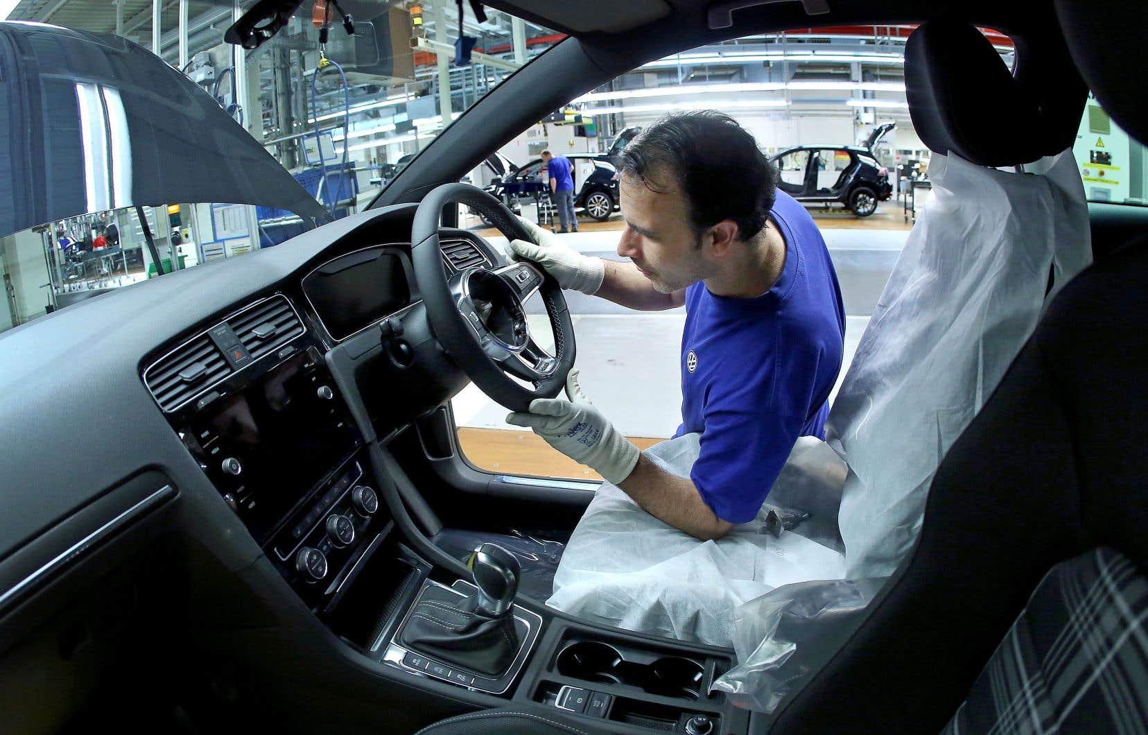 Un employé du constructeur automobile Volkswagen travaille sur une chaîne d'assemblage à Wolfsburg, en Allemagne.