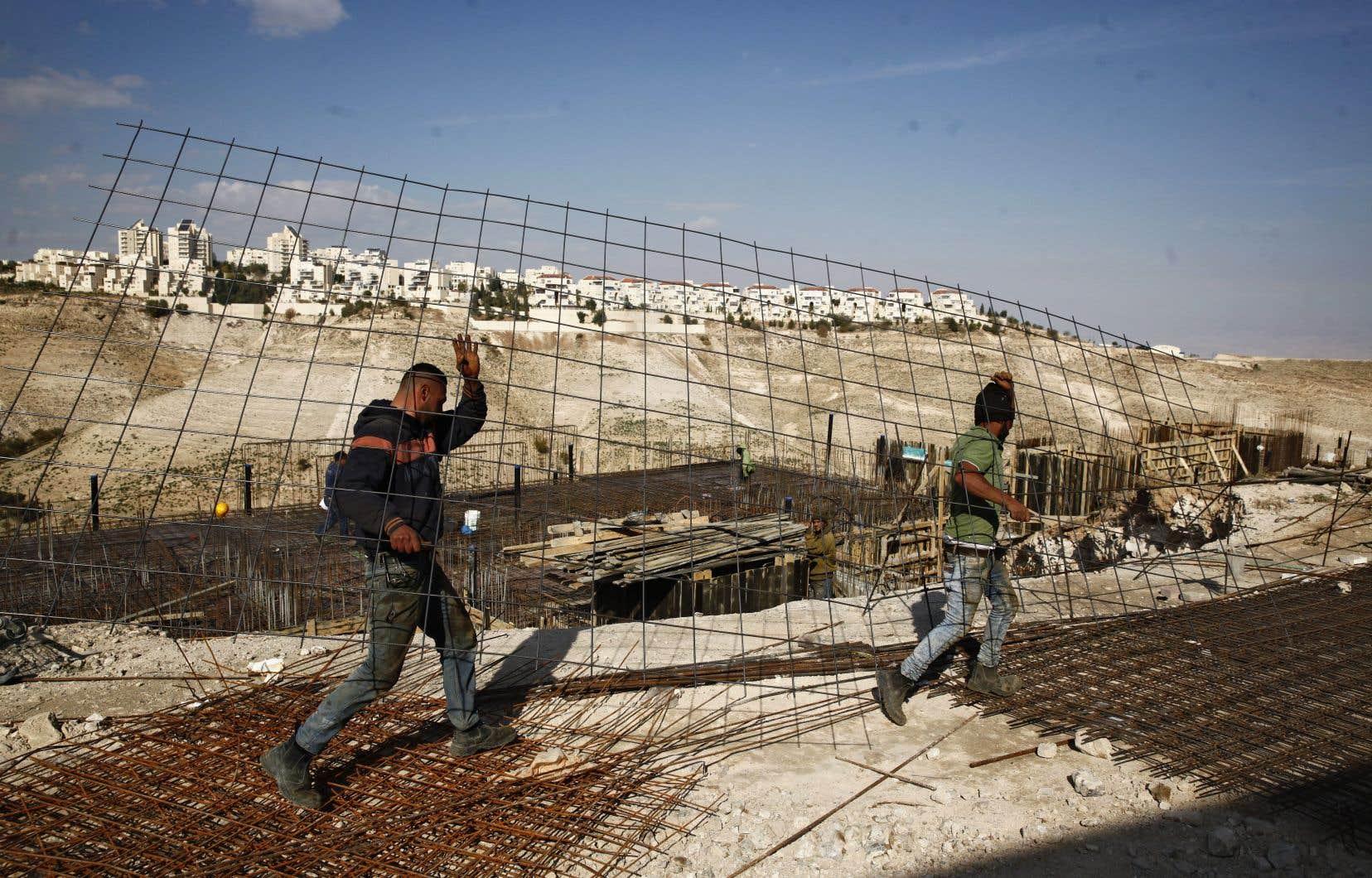 Israël a annoncé jeudi qu'il donnerait en milieu de semaine prochaine son feu vert final à 2500 nouveaux logements de colons en Cisjordanie.
