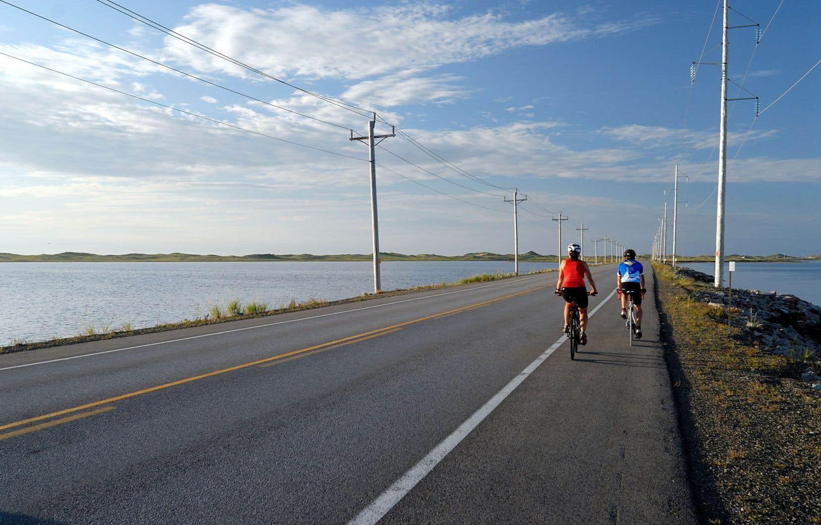 Une belle expérience à vivre, depuis Montréal ou Québec, consiste à quitter le port à bord d'un bateau de croisière avec son vélo. Direction: les îles de la Madeleine!