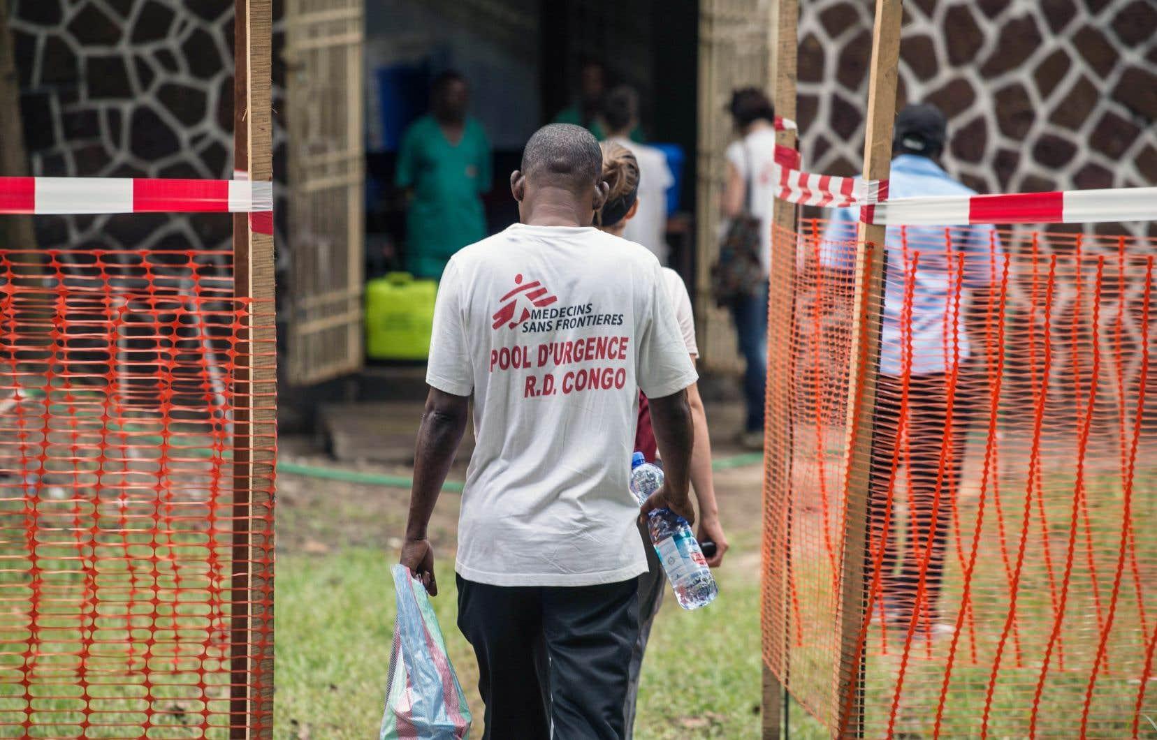 Une équipe de Médecins sans frontières entre à l'intérieur d'une zone sécuritaire à l'entrée de l'hôpital Wangata à Mbandaka, en République démocratique du Congo.
