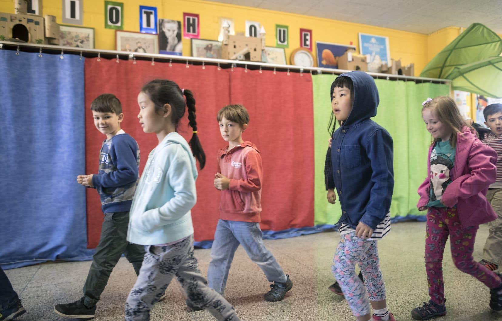De nombreuses écoles montréalaises sont surpeuplées, soulignent les auteurs. Faute de place, l'école primaire Marc-Favreau a déménagé sa bibliothèque dans un couloir.