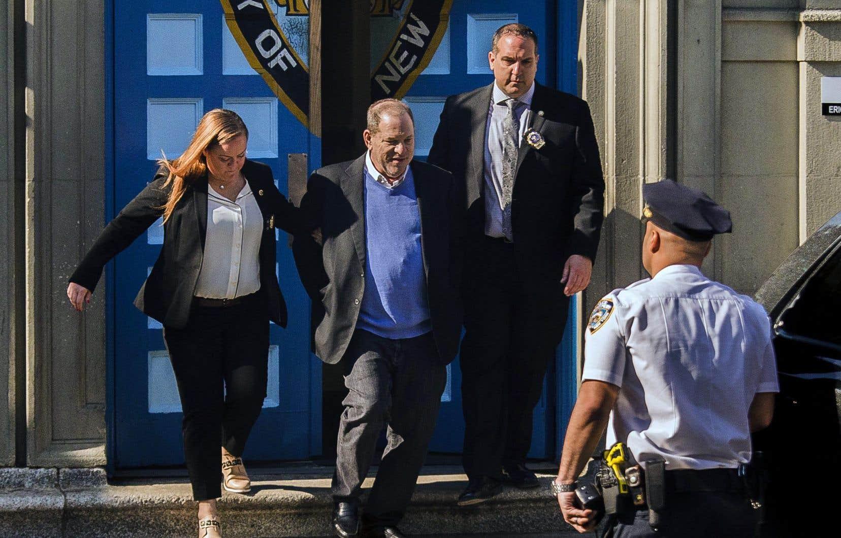 Plus de sept mois après les premières accusations portées contre lui, le producteur Harvey Weinstein s'est livré vers 7 h 30 à la police, dans un commissariat du sud de Manhattan.
