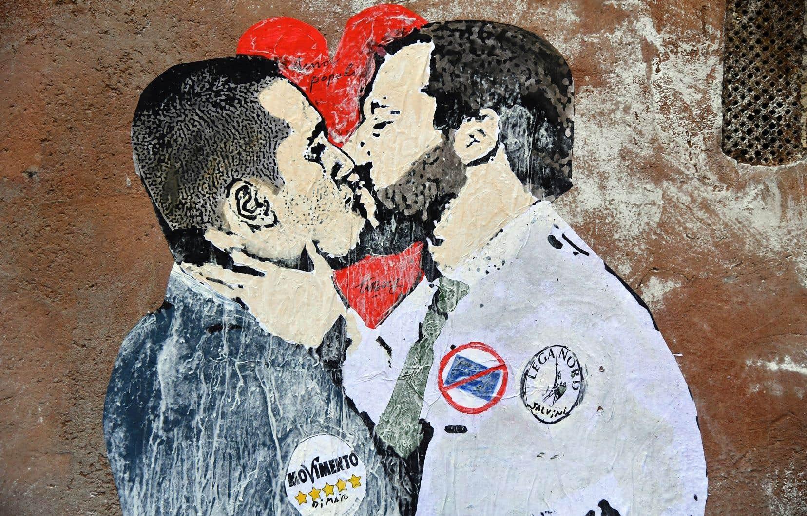 Une murale de l'artiste TVBOY, à Rome, dépeint le leader du Mouvement 5 étoiles, Luigi Di Maio, embrassant le chef de la Ligue d'extrême droite, Matteo Salvini.