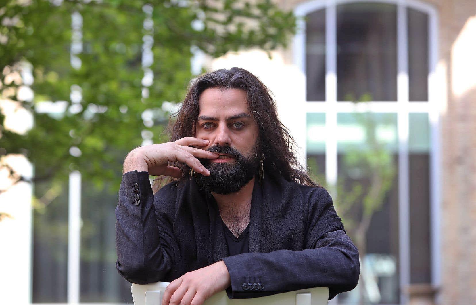 Le créateur Gurshad Shaheman s'intéresse à la question, «encore assez compliquée», de l'intégration. «Qu'est-ce que ça signifie de vivre aujourd'hui en France en étant homosexuel, artiste et en ayant une [origine] autre?»