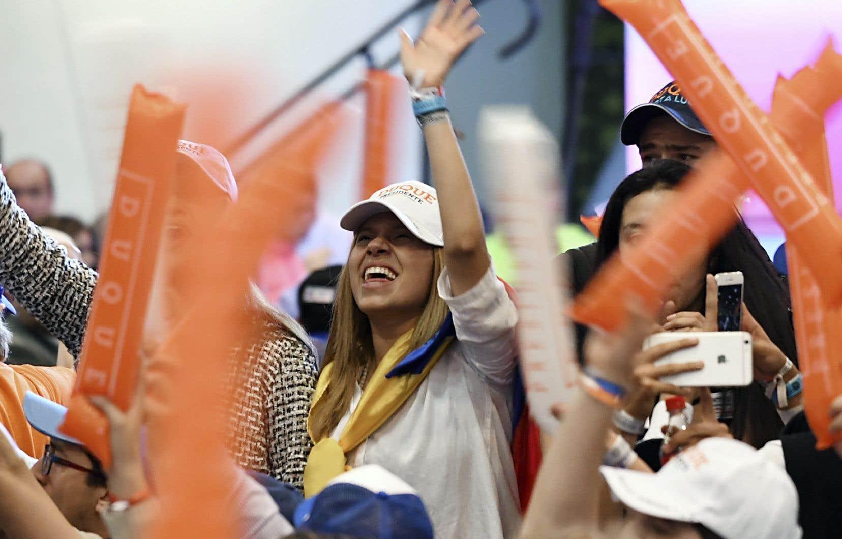 Les partisans du candidat de droite, Iván Duque, étaient rassemblés dans les quartiers généraux de Bogotá de son parti, le Centre démocratique.