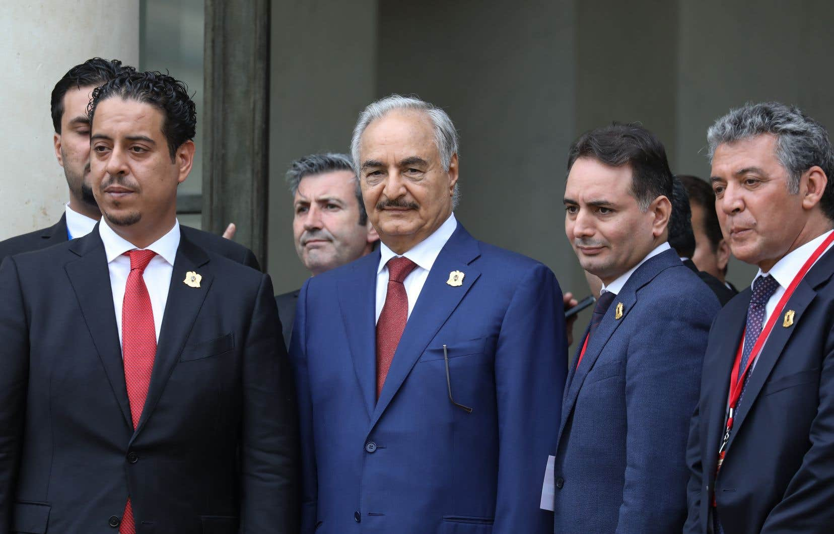Le maréchal Khalifa Haftar, homme fort de l'est du pays, se tient avec les membres de sa délégation sur les marches du palais de l'Elysée.