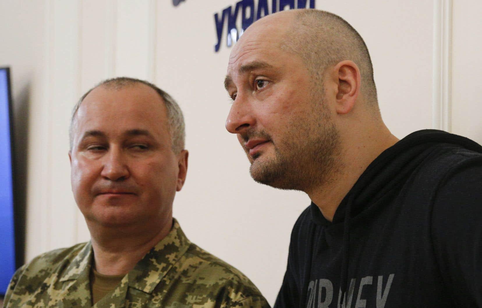 Le journaliste russe Arkadi Babtchenko est apparu devant la presse mercredi. On le voit ici aux côtés du chef des services ukrainiens de sécurité (SBU), Vassyl Grytsak.