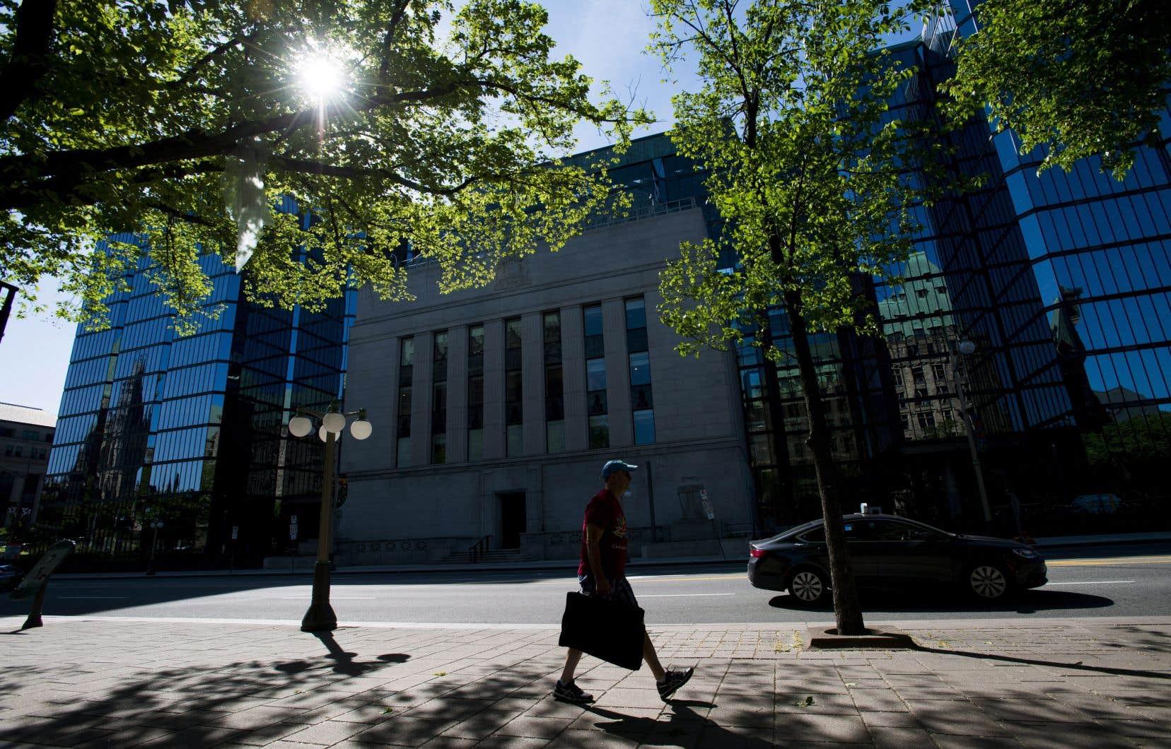 Les économistes s'attendaient à ce que la Banque du Canada maintienne son taux directeur mercredi, mais plusieurs croient qu'il pourrait grimper plus tard cette année.