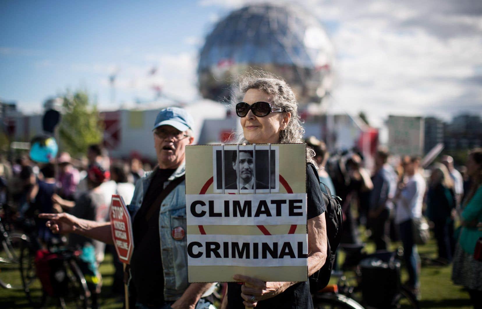 Donna Oleksiuk a démontré son opposition au projet d'agrandissement de l'oléoduc Trans Mountain, mardi, lors d'une manifestation à Vancouver.