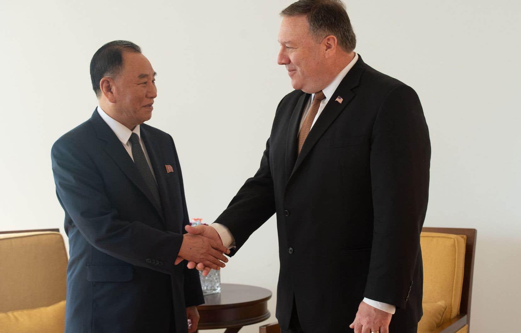 Le général Kim Yong Chol, bras droit du leader nord-coréen, et le chef de la diplomatie américaine, Mike Pompeo, se sont serré la main avant le début des discussions.<br />