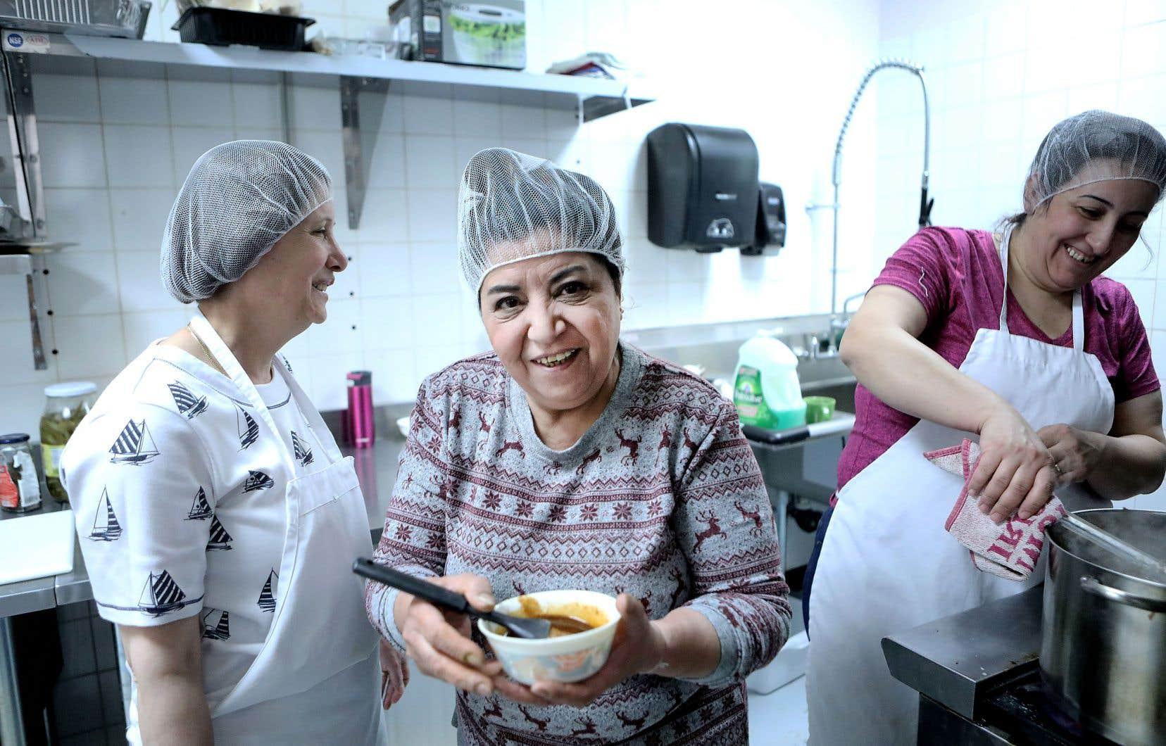 Les Filles Fattoush donnent un premier emploi en sol canadien à des femmes syriennes récemment arrivées. Ici, Amal Kabroun, Arpik Suvalian et Joellit Abo.