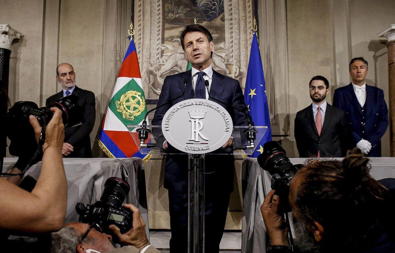 Le premier ministre, Giuseppe Conte, s'adresse aux médias.