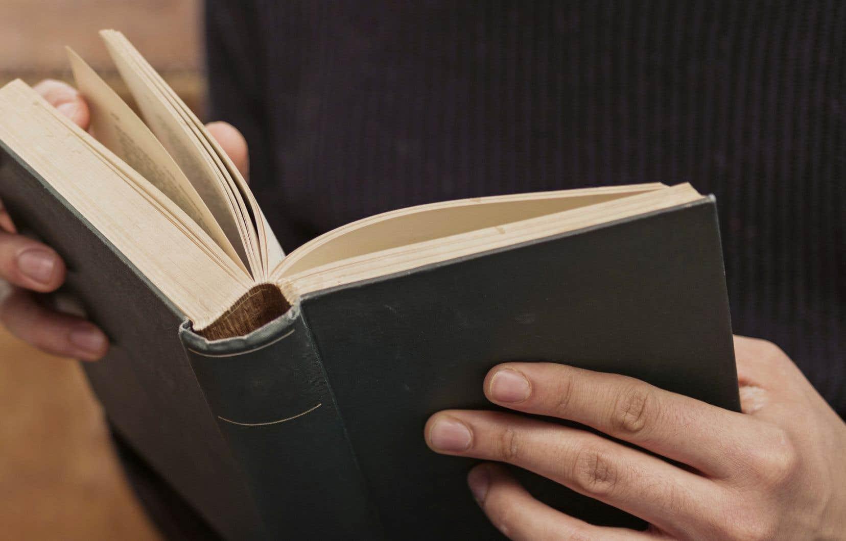 Rares sont les auteures ayant la délicatesse de s'agenouiller devant un mystère, plutôt que de vainement tenter de l'épingler en trop de mots.