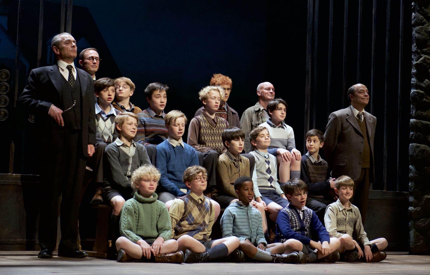Les écoliers sont incarnés en alternance par deux distributions issues des Petits Chanteurs du Mont-Royal et des Petits Chanteurs de Laval.