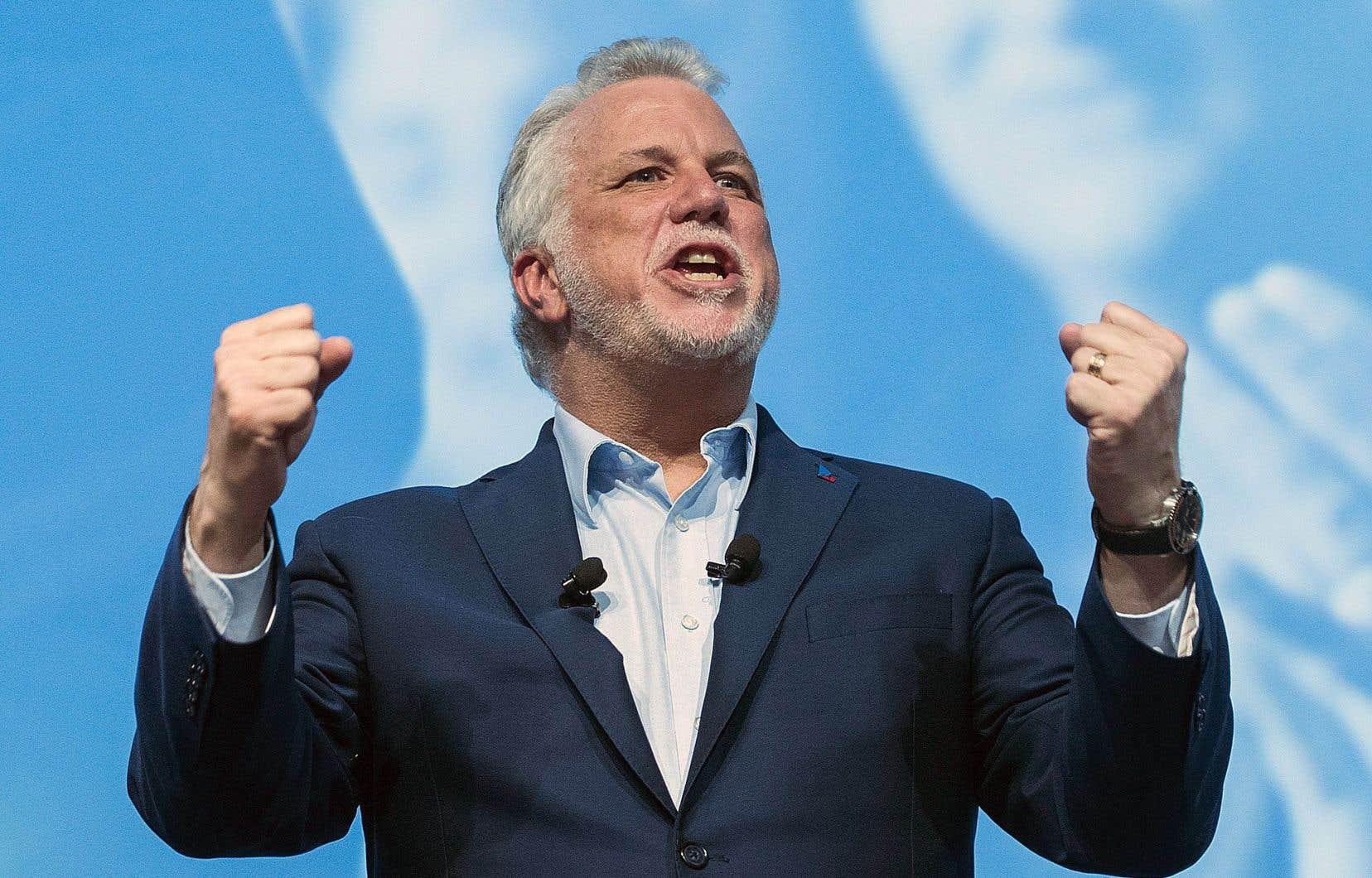 En congrès, le chef du Parti libéral du Québec, Philippe Couillard, a ressorti le slogan «les deux mains sur le volant».