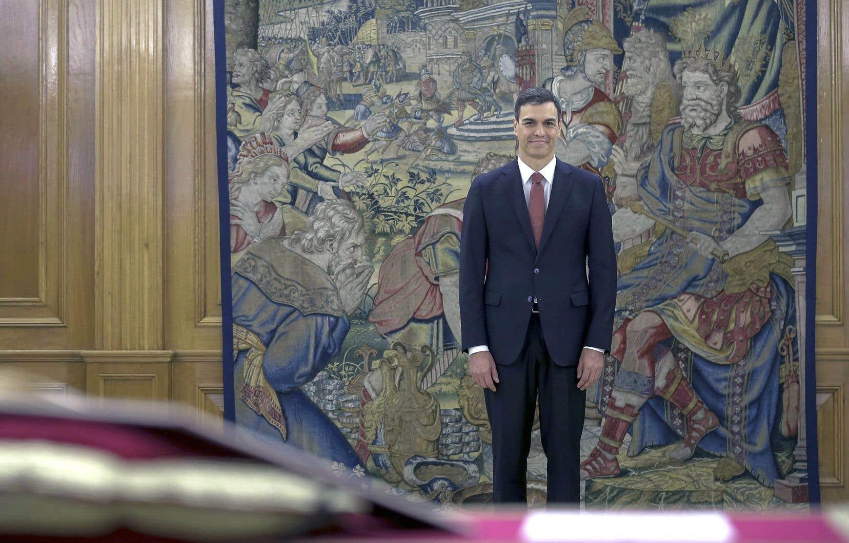 Pedro Sánchez a officiellement succédé à Mariano Rajoy samedi.