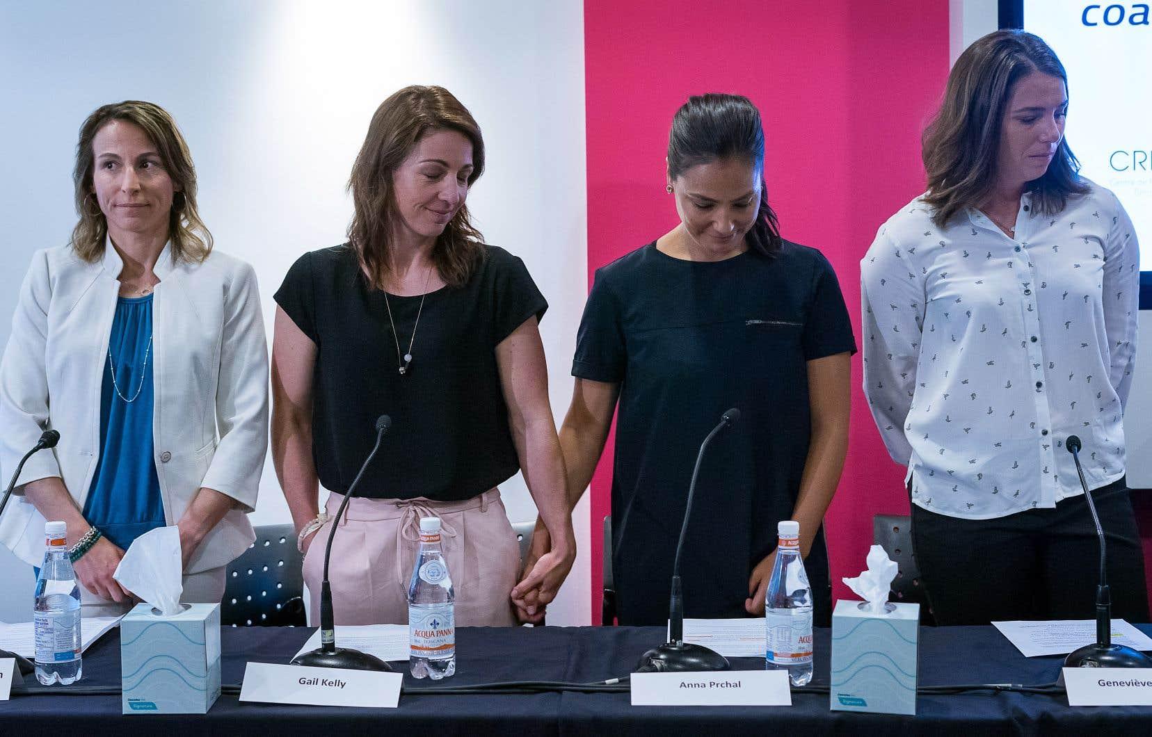 Symboliquement, Amélie-Frédérique Gagnon, Gail Kelly, Anna Prchal et Geneviève Simard se sont levées pour faire face aux caméras au début de la conférence de presse.