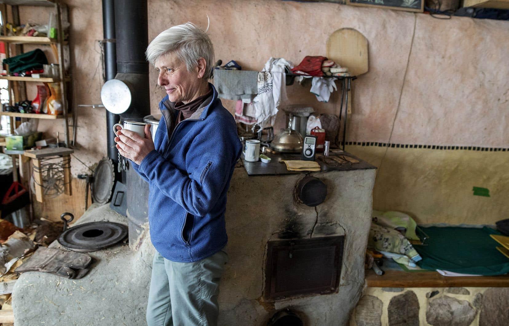 Hélène Dubé vit dans sa maison sans électricité à Chertsey dans Lanaudière. Notre chroniqueuse Josée Blanchette l'a rencontré un peu plus tôt cette année.