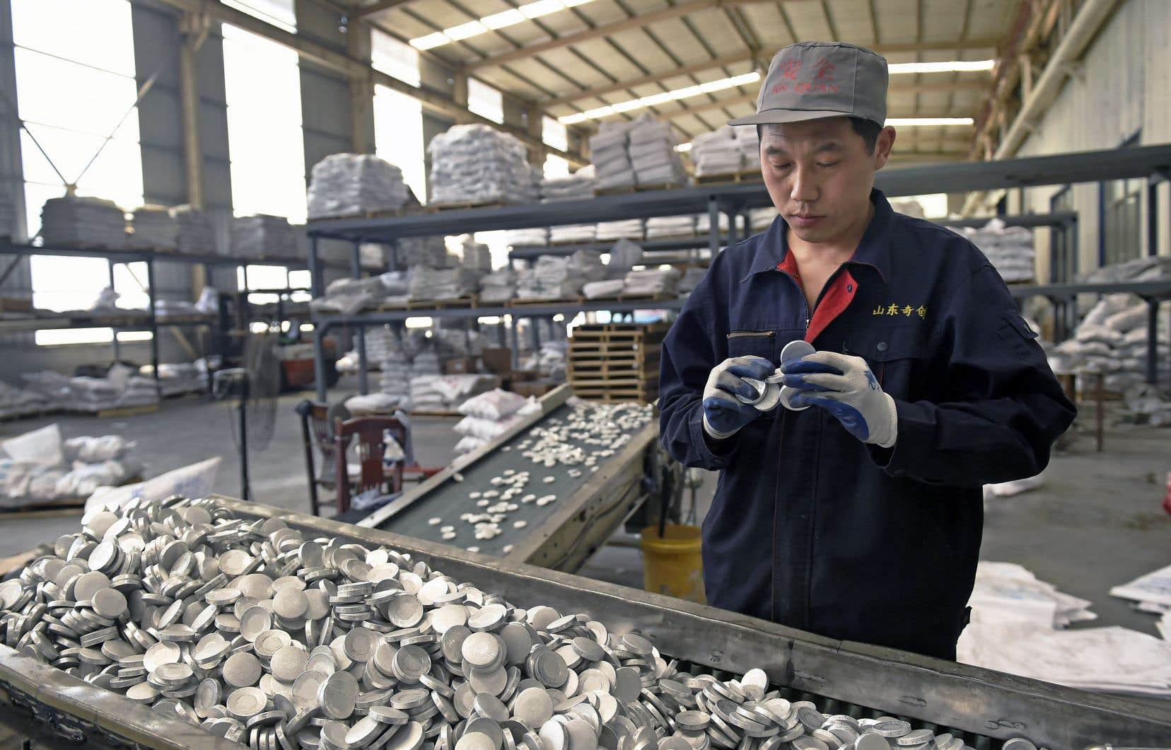 Un travailleur de l'aluminium à Zouping, en Chine