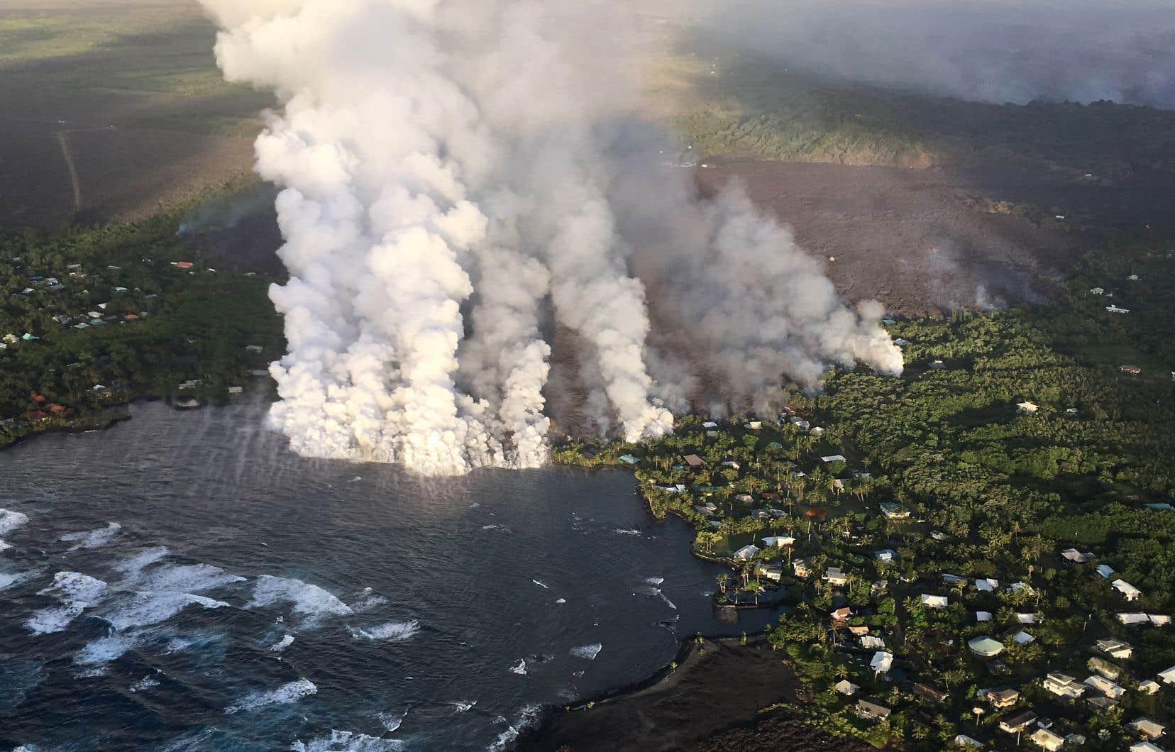<p>Des images d'hélicoptère ont montré de la lave provenant d'une fissure pénétrant dans l'océan à la baie de Kapoho.</p>