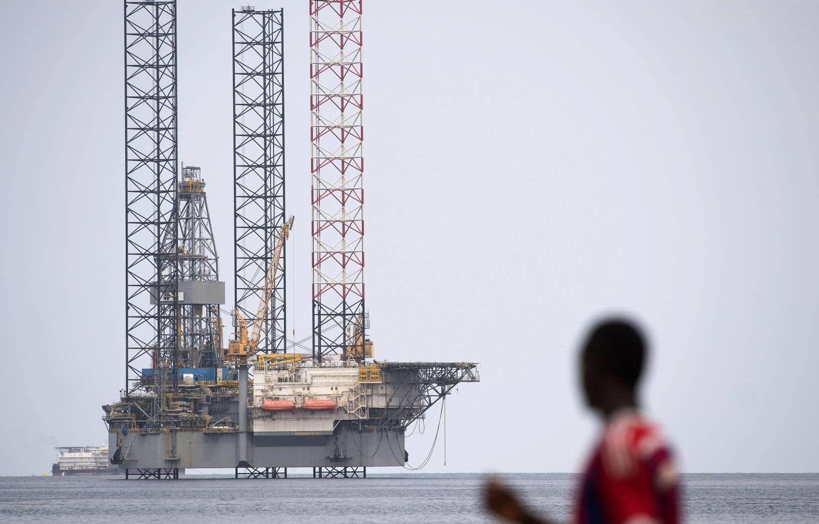 La faiblesse des prix du pétrole a contribué à la contraction des flux dans diverses économies africaines. Cette photo montre une plateforme pétrolière au large du Gabon.
