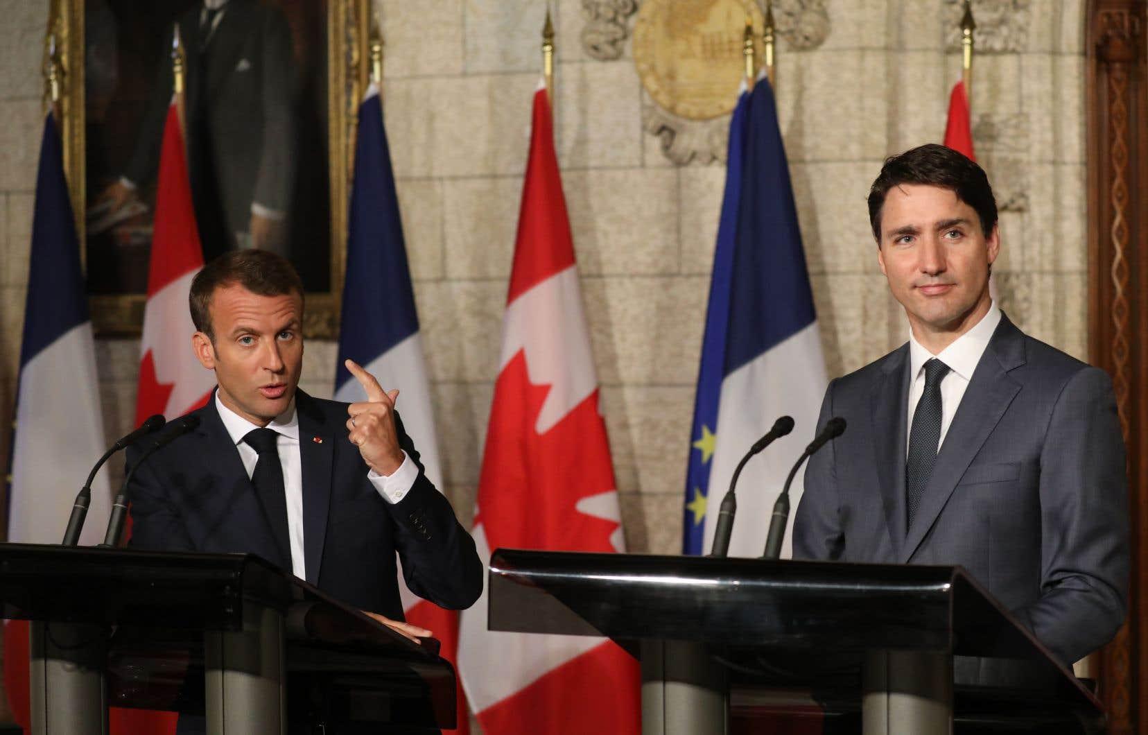 Le président français, Emmanuel Macron, a servi une leçon à Donald Trump alors qu'il se tenait, jeudi matin, aux côtés d'un Justin Trudeau beaucoup plus conciliant.