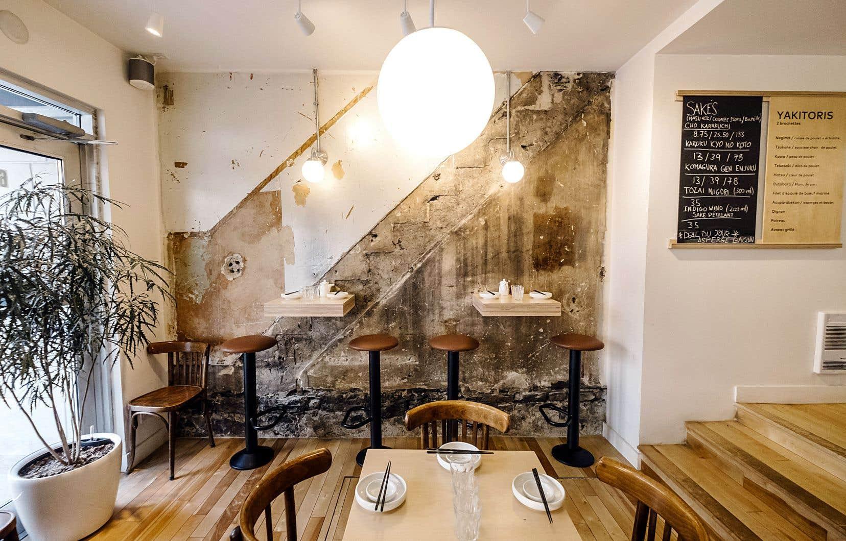 Pour ce resto d'une trentaine de places, les propriétaires ont voulu créer une ambiance urbaine et décontractée, avec un décor où dominent les planches nues. Le mur de briques laisse deviner le tracé de l'ancien escalier.
