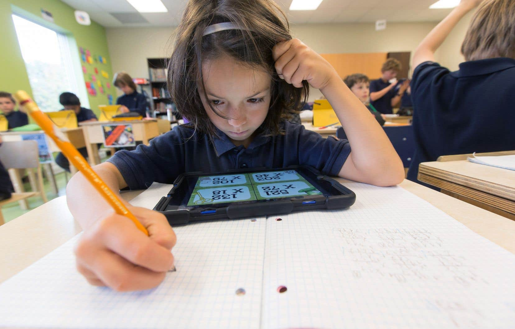 Le ministre de l'Éducation défend aux écoles d'obliger les parents à faire l'acquisition d'une tablette ou de tout autre «objet spécialisé généralement coûteux» pour leur enfant.