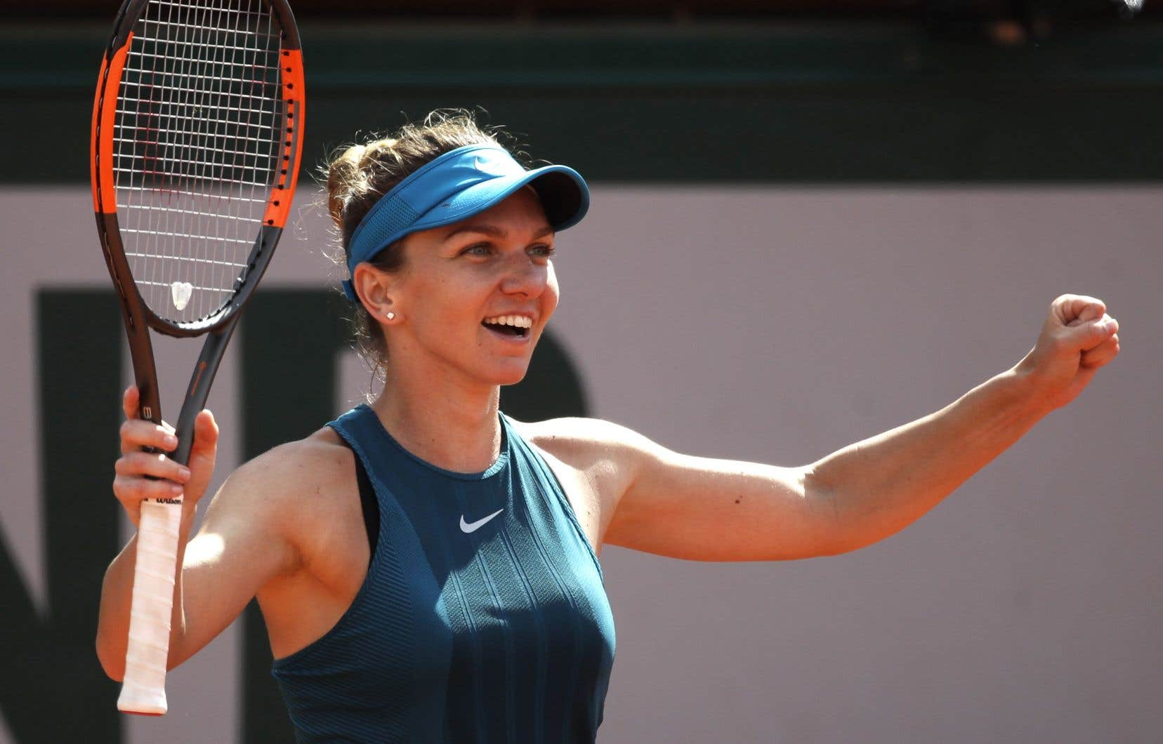 Deux fois finaliste à Roland-Garros, incluant l'an dernier, Simona Halep a remporté son billet grâce à une convaincante victoire de 6-1, 6-4 contre l'Espagnole Garbine Muguruza, championne du tournoi en 2016.