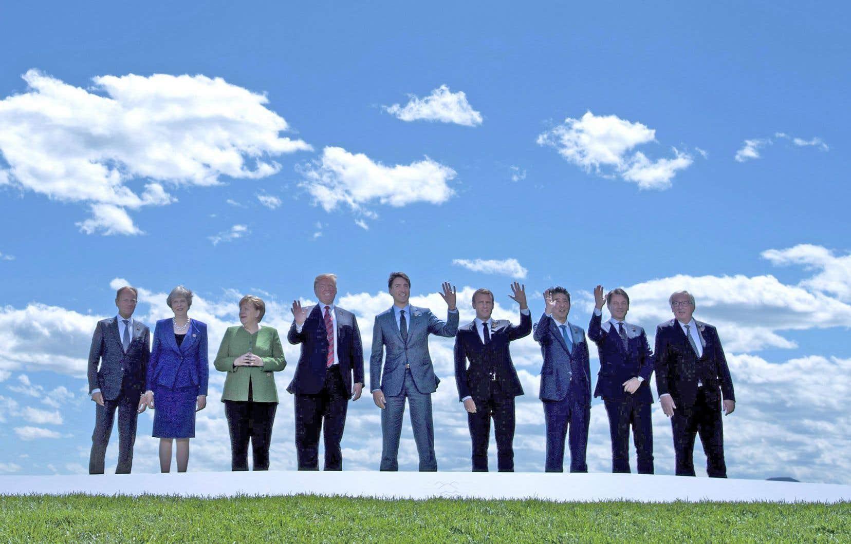 Justin Trudeau avec ses invités pour une photo de famille au premier jour de la réunion du G7 à La Malbaie