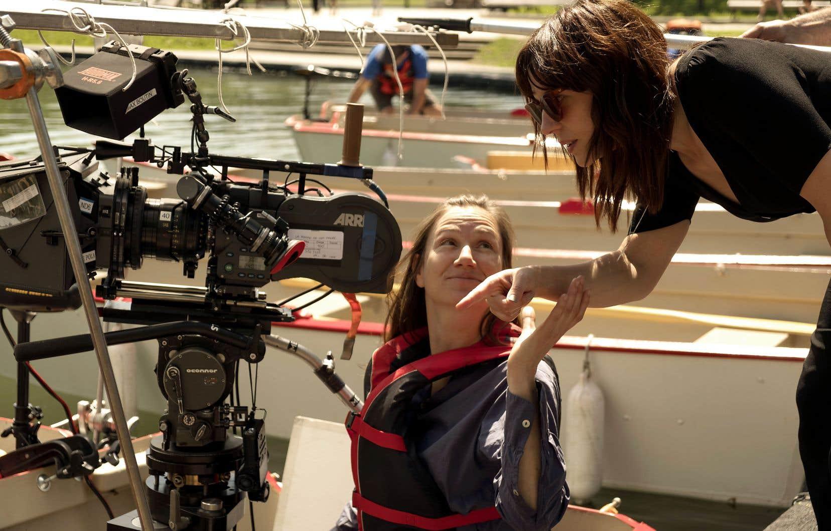 L'actrice et cinéaste Monia Chokri (à droite) en tournage avec la directrice de la photographie Josée Deshaies