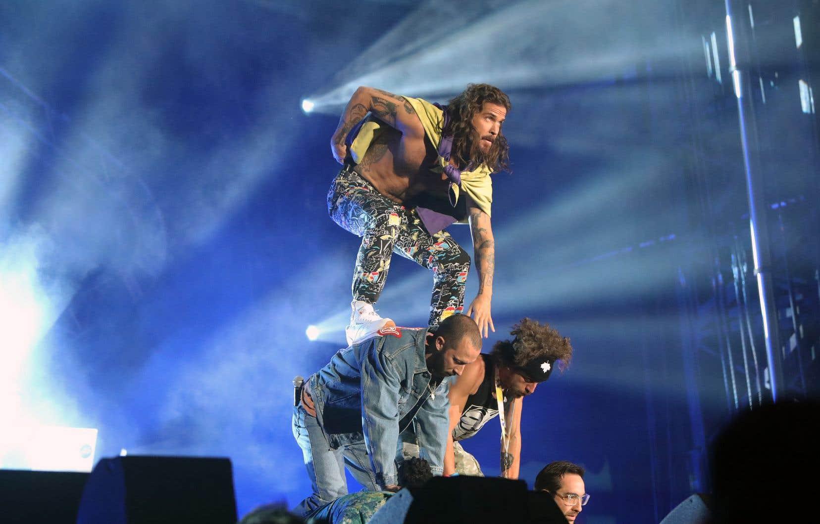 Claude Bégin trône au sommet d'une pyramide humaine façon Alaclair Ensemble, vendredi, aux Francos.