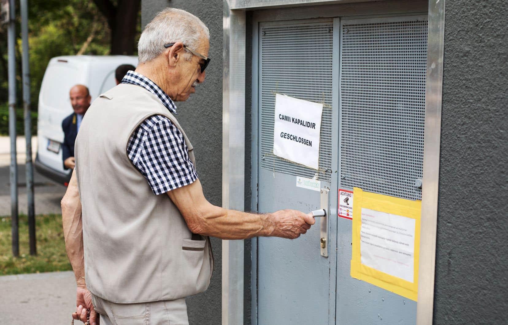 Un membre de la communauté d'une des mosquées fermées, à Vienne. Des représentants de ces lieux de prière sont accusés d'avoir tenu des propos prêchant un islam radical.