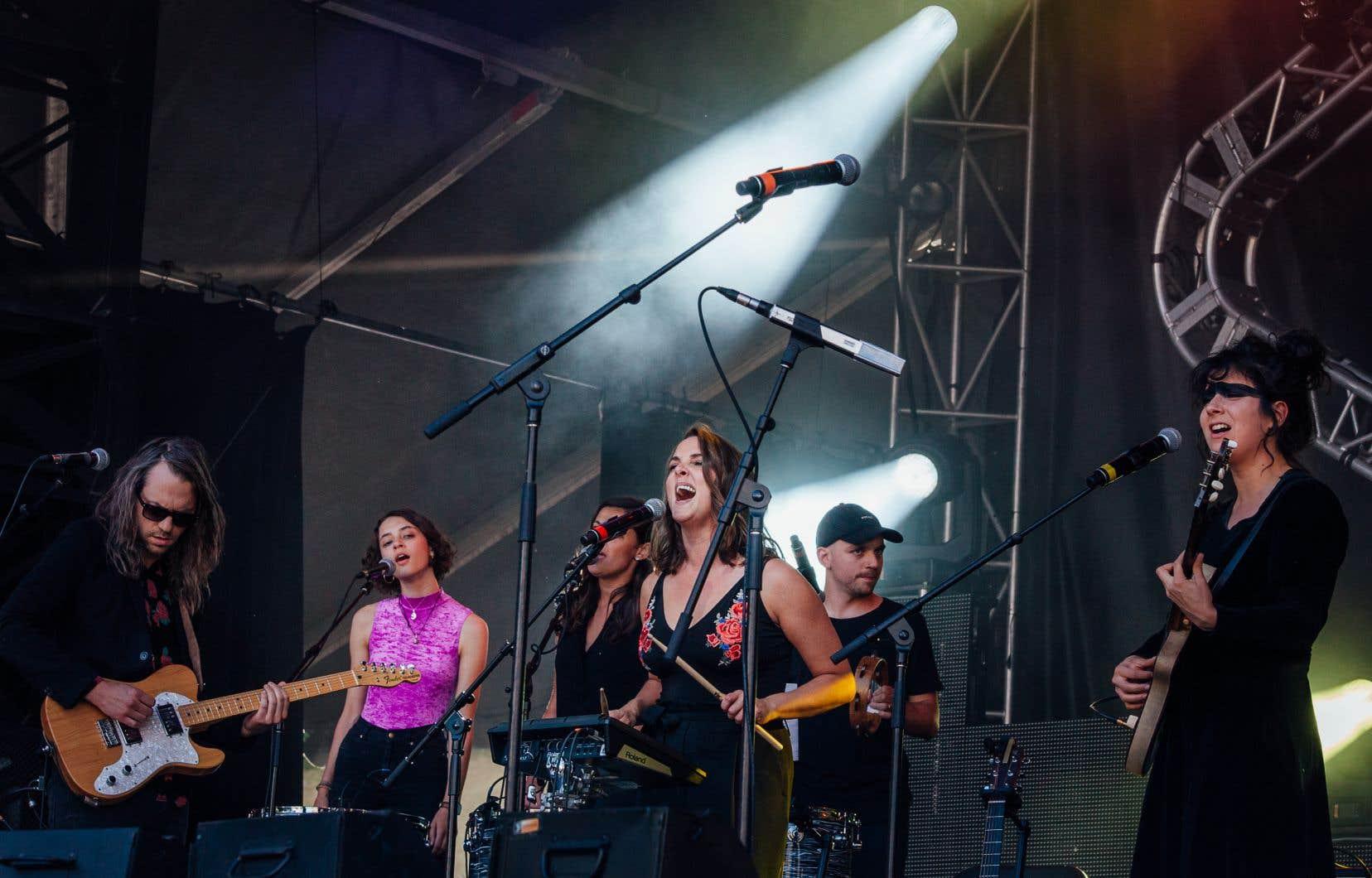 Dès le départ, tous étaient sur scène, et dès les premières notes de guitare pleines de réverbération de Laura Cahen, les sept autres entonnaient les «ah ah» d'une même voix.