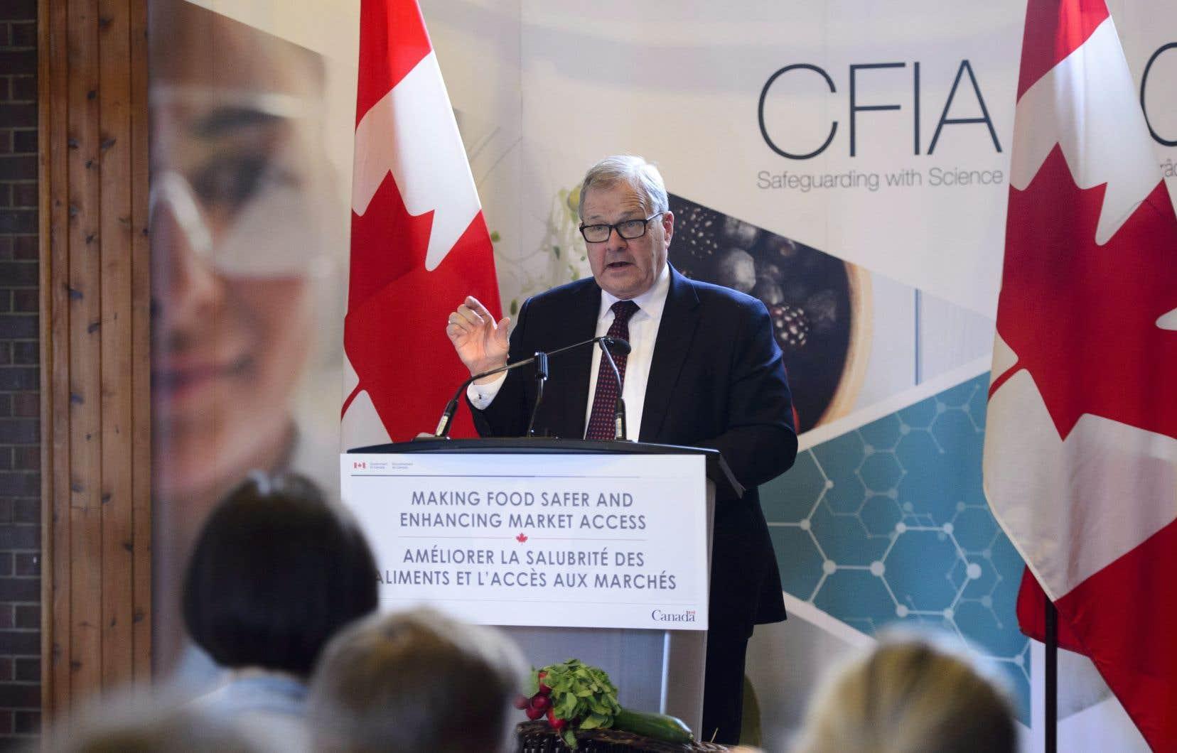 Le ministre de l'Agriculture Lawrence MacAulay en conférence de presse ce mercredi à Ottawa