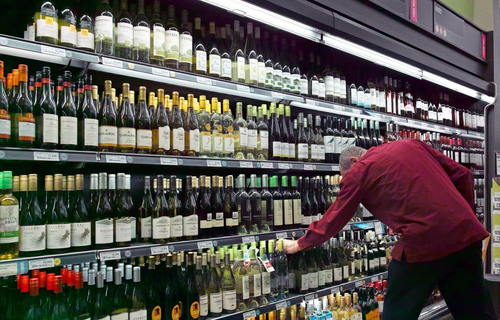 Des organisations syndicales ont déposé mercredi à Québec une pétition de 34200 noms réclamant une consigne sur les bouteilles vendues par la Société des alcools du Québec.