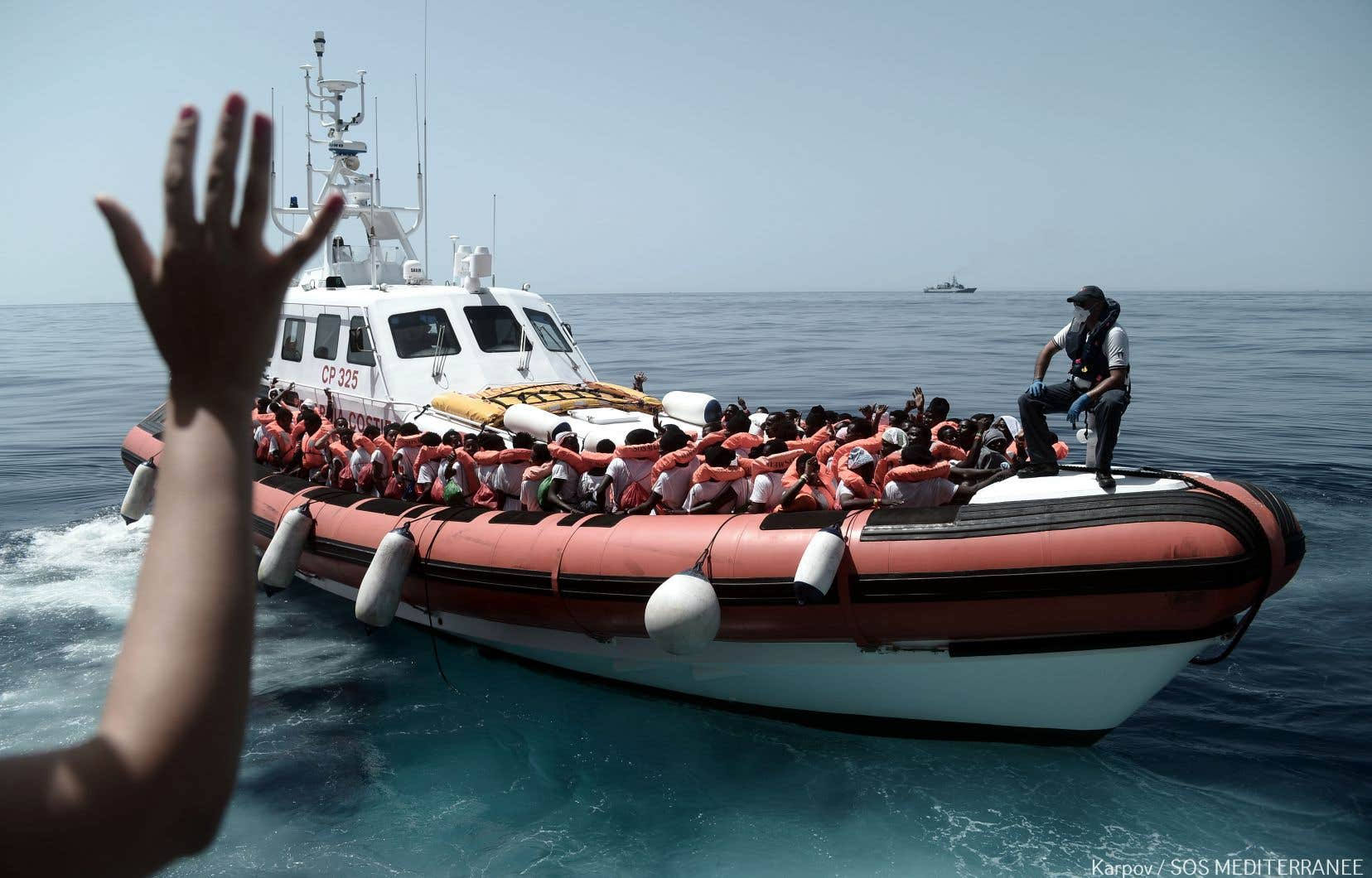 Certains rescapés ont été transférés à bord de deux navires italiens.